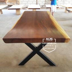 meja kayu trembesi kaki besi X Silang